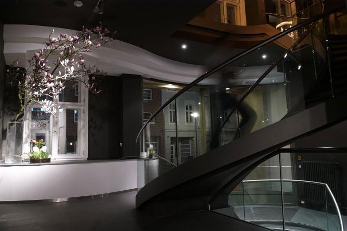Gebogene Stahl-Glas-Treppe, Foto: Köstlin